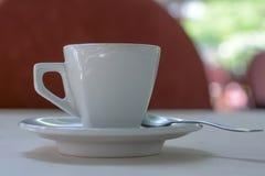 Kopp för vitt kaffe med lite skeden Royaltyfria Foton