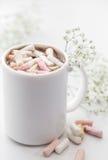 Kopp för vitt kaffe med marshmallower och blommor stock illustrationer