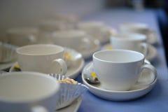 Kopp för vitt kaffe för närbild på tabellen Royaltyfria Bilder