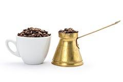 Kopp för vitt kaffe och gammal kaffekruka Royaltyfri Foto