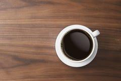 Kopp för vitt kaffe och varmt espressokaffe på trätabellen överkant VI arkivbilder