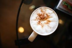 Kopp för vitt kaffe på bakgrund Arkivbilder