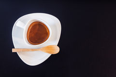 Kopp för vitt kaffe på den svarta glass tabellen Royaltyfri Fotografi