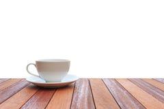 Kopp för vitt kaffe på den wood tabellen som isoleras på vit bakgrund royaltyfria foton