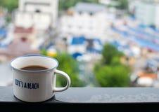 Kopp för vitt kaffe på stålstråle Royaltyfri Foto