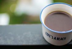 Kopp för vitt kaffe på stålstråle Royaltyfri Fotografi
