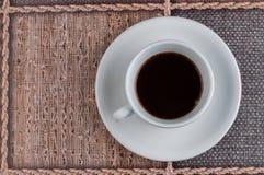 Kopp f?r vitt kaffe p? tabellen kaffe mer tid royaltyfri foto
