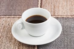 Kopp f?r vitt kaffe p? tabellen kaffe mer tid arkivfoto