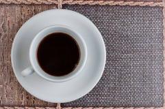 Kopp f?r vitt kaffe p? tabellen kaffe mer tid royaltyfria bilder