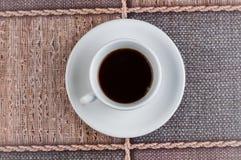 Kopp f?r vitt kaffe p? tabellen kaffe mer tid arkivbild