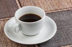 Kopp f?r vitt kaffe p? tabellen kaffe mer tid royaltyfri fotografi