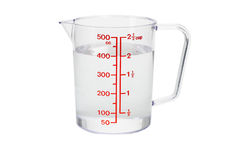 kopp fyllt kök som mäter plastic vatten Arkivbild