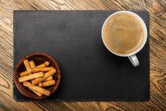 Kopp kaffe breadsticks övre sikt ett ställe för en etikett Arkivbild
