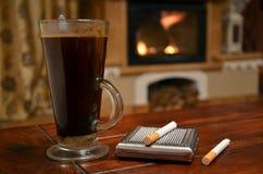 Kopp kaffe, cigarett och snuffbox Arkivfoton