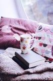Kopp kaffe eller te med böcker Arkivfoton