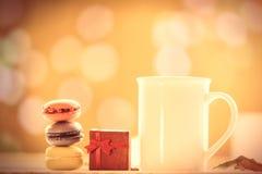 Kopp kaffe eller te med macarons Royaltyfri Foto