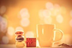 Kopp kaffe eller te med macarons Arkivfoto