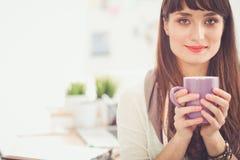Kopp kaffe för ung kvinna för Closeup hållande 15 woman young Arkivfoto