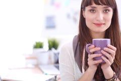 Kopp kaffe för ung kvinna för Closeup hållande 15 woman young Fotografering för Bildbyråer