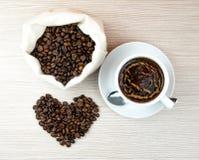 Kopp kaffe hjärtor för kaffebönor Top beskådar klart bruk för bakgrundskaffe Arkivbilder