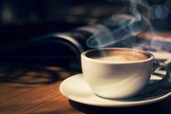 Kopp kaffe i cafee i mörk signal royaltyfri fotografi