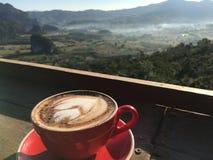 Kopp kaffe i härligt landskap Arkivbilder
