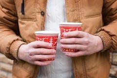 Kopp kaffe i hand av en man Fotografering för Bildbyråer