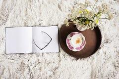 Kopp kaffe i säng Fotografering för Bildbyråer