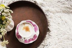 Kopp kaffe i säng Royaltyfri Foto