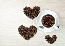 Kopp kaffe kaffebönor Top beskådar klart bruk för bakgrundskaffe Arkivbilder