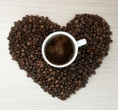 Kopp kaffe kaffehjärtabönor Top beskådar klart bruk för bakgrundskaffe Arkivbilder