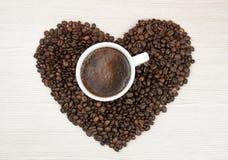 Kopp kaffe kaffehjärtabönor Top beskådar klart bruk för bakgrundskaffe Royaltyfri Foto
