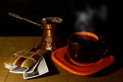 Kopp kaffe, kaffekruka och album med gamla foto Arkivfoto