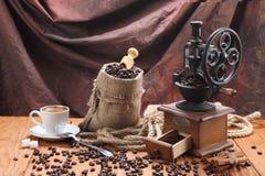 Kopp kaffe kaffekvarn, kaffebönor i en säck Royaltyfri Bild