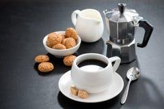 Kopp kaffe-, kräm- och italienarekakabiscotti arkivfoto