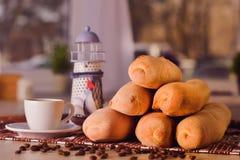 Kopp kaffe med bönor och bagetten royaltyfria foton