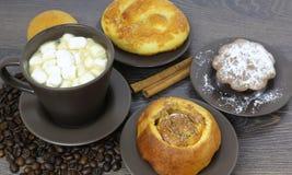 Kopp kaffe med bönor och marshmallowen arkivfoton