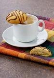 Kopp kaffe med chokladkakor Royaltyfri Foto