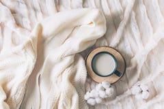 Kopp kaffe med den hemtrevliga filten royaltyfria bilder