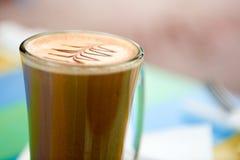 Kopp kaffe med design på fradgan Royaltyfria Foton