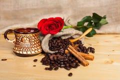 Kopp kaffe med en röd ros Royaltyfri Fotografi