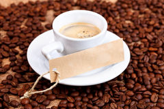 Kopp kaffe med etiketten Arkivfoton