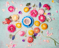 Kopp kaffe med färgrika blommor på sjaskig chic bakgrund för turkosblått, bästa sikt arkivbilder