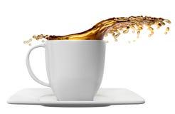 Kopp kaffe med färgstänk som isoleras på vit Arkivfoton