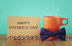 Kopp kaffe med flugan Father& x27; s-dagbegrepp Fotografering för Bildbyråer