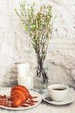 Kopp kaffe med gifflet royaltyfria bilder