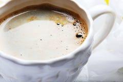 Kopp kaffe med härliga blommor, slut upp Arkivfoton