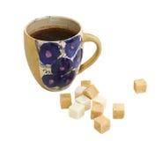 Kopp kaffe med isolerade sockerkuber Arkivfoton