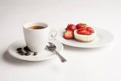 Kopp kaffe med jordgubbeostkaka Royaltyfria Foton
