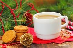 Kopp kaffe med julsötma Royaltyfri Bild